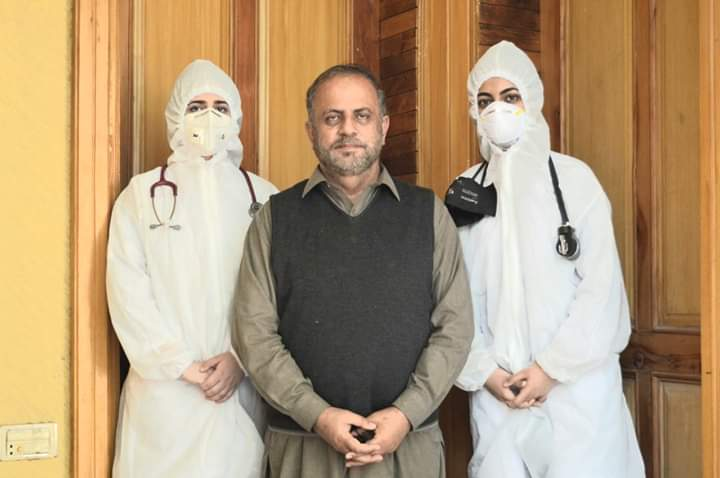 Dr. Fakhar-ul-Islam with his two doctor daughters fighting corona virus in Peshawar